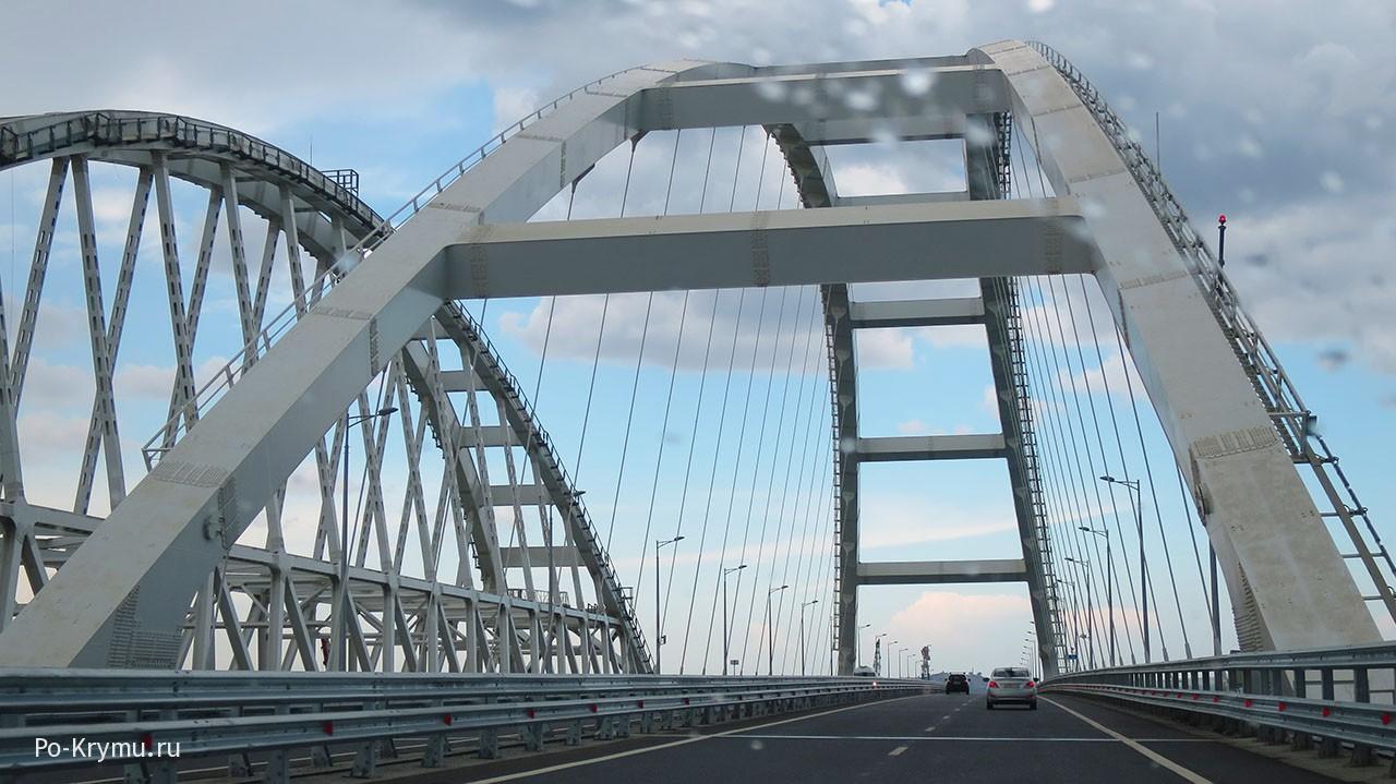 Едем под арками Крымского моста.