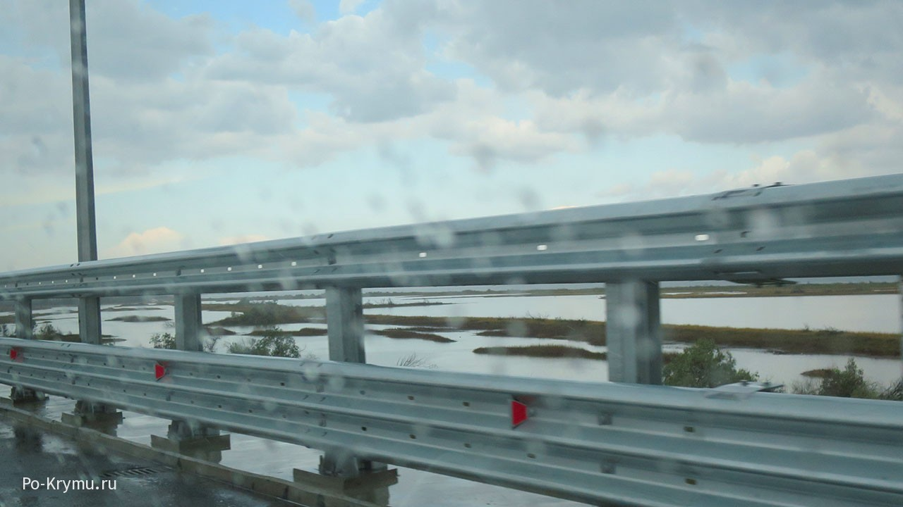 По Крымскому мосту в Крым под дождем.