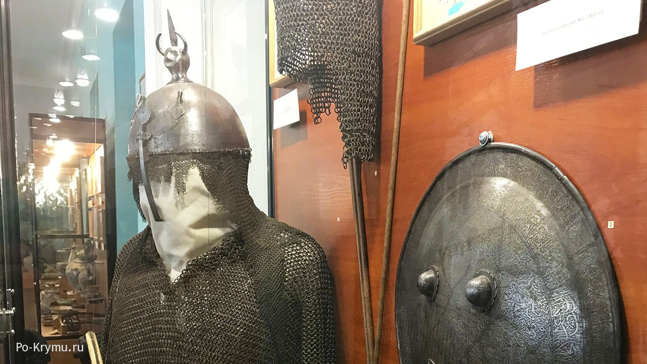 Кольчуга, шлем, щит средневекового воина.