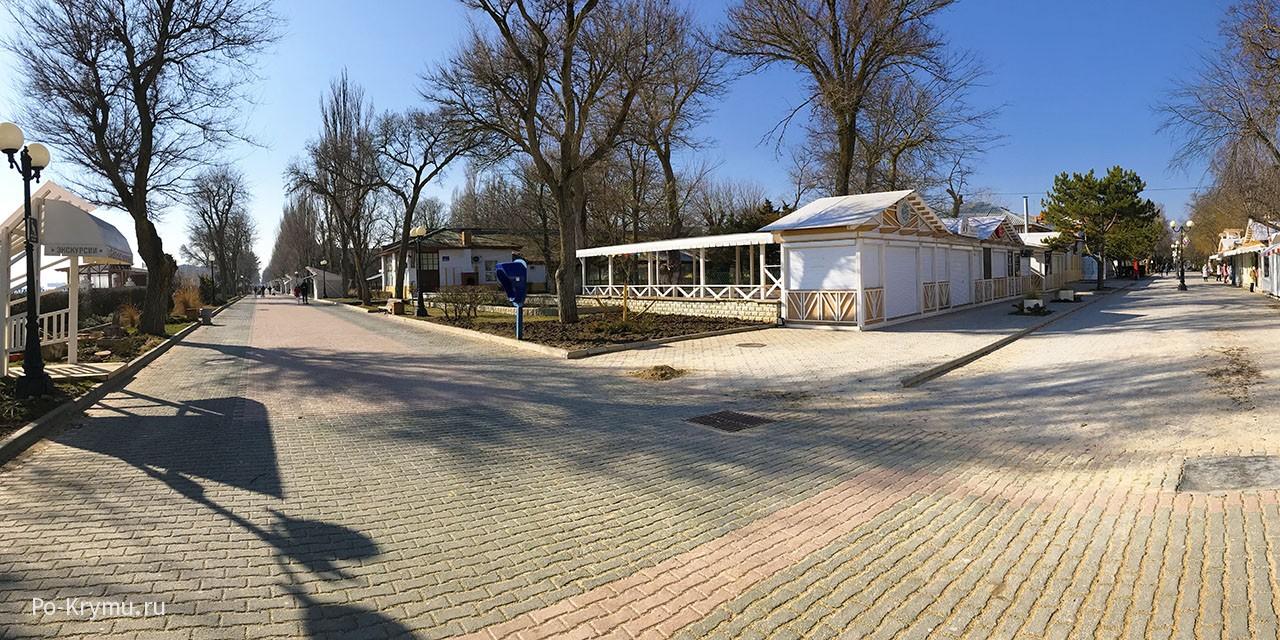 Набережная Горького - фото пешеходной улицы в Евпатории.