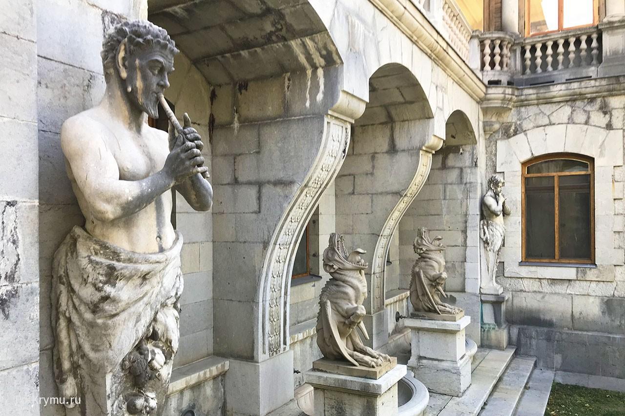 Сатиры и горгульи на фасаде дворца
