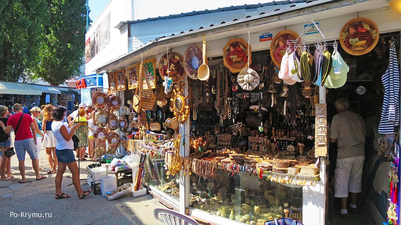 Торговля сувенирами на Приморском бульваре.