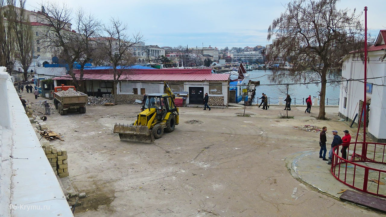 У севастопольского дельфинария снесли сувенирные ларьки.
