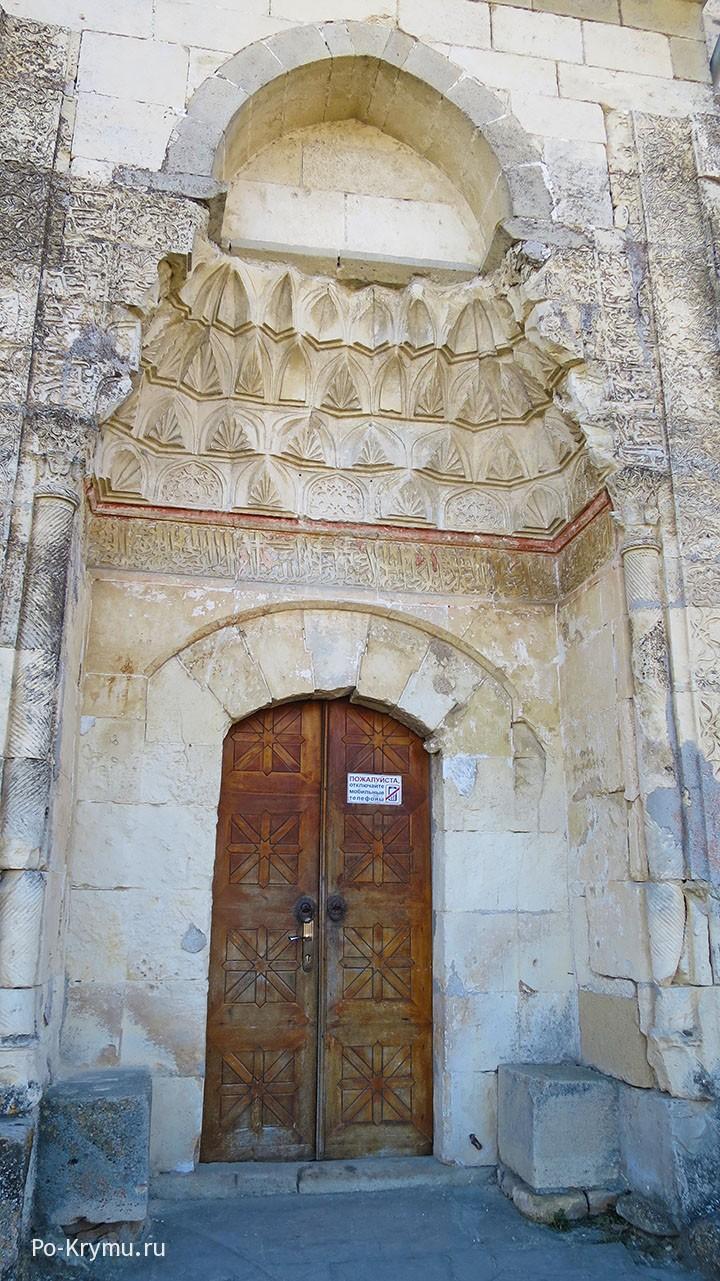 Резной портал с надписями на арабском языке.