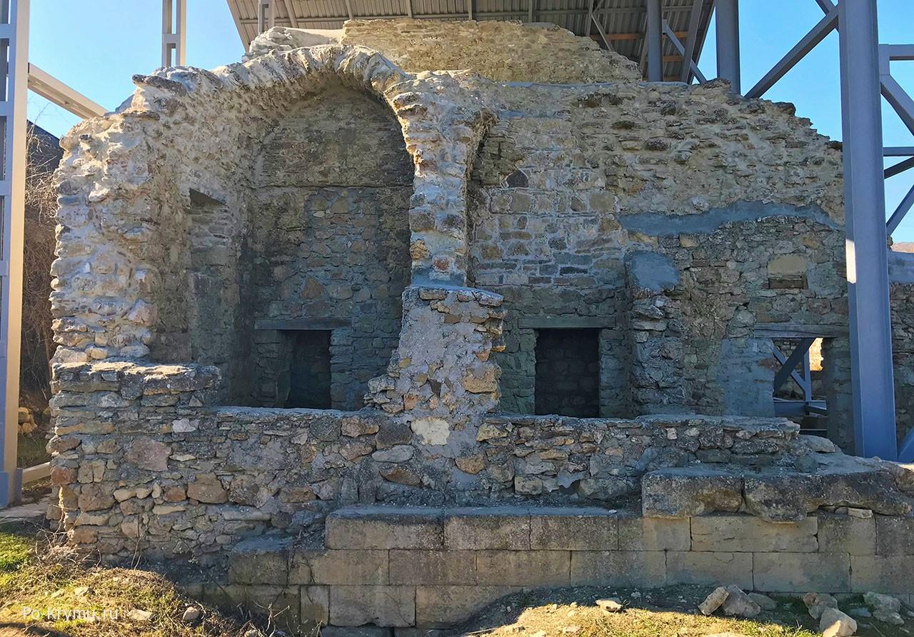 Одна из старокрымских достопримечательностей - руины медресе.
