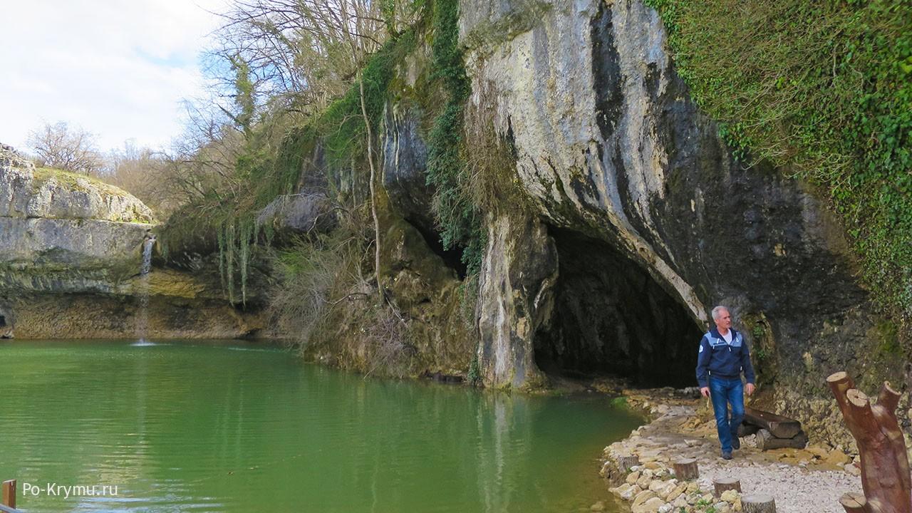 Фотография водопада Мердвен-Тобе и пещеры Коба-Чаир.