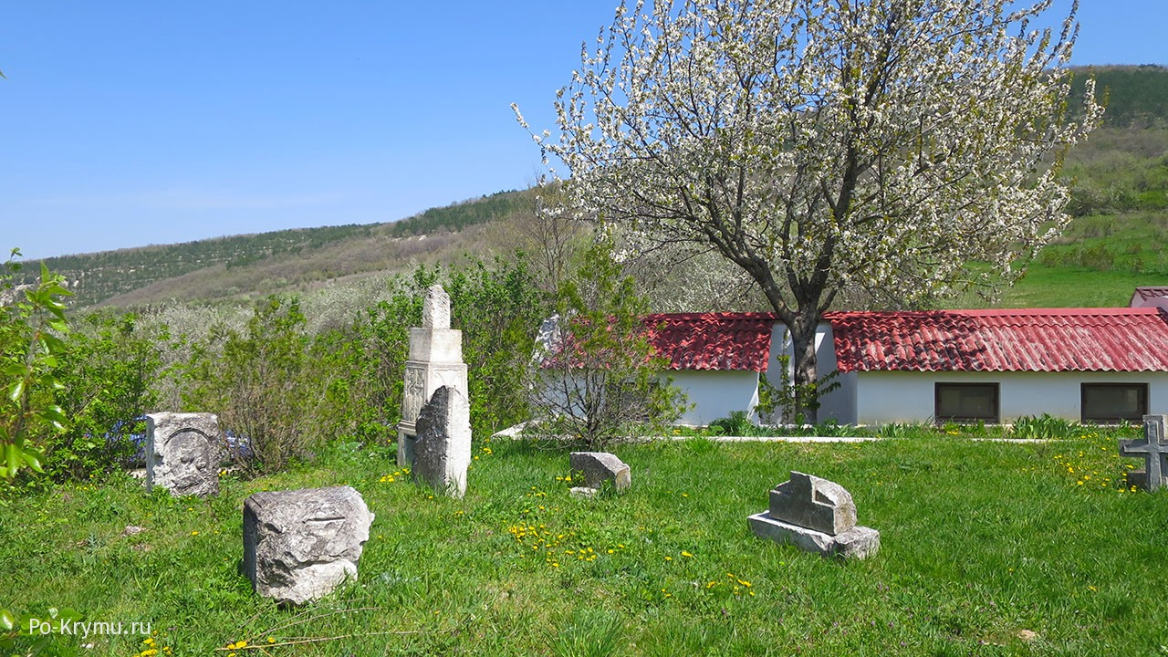 Старые надгробные памятники во двое храма.