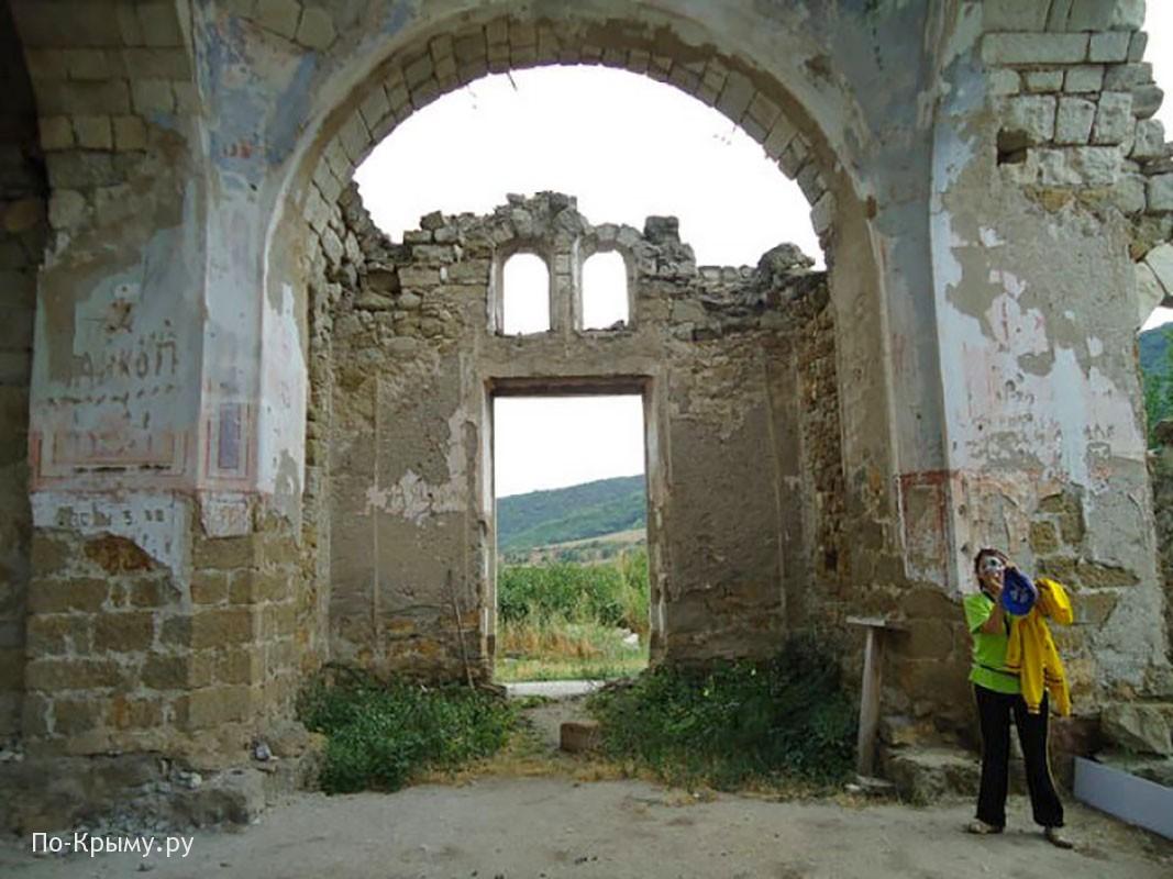 Руины храма Святого Луки в Лаках