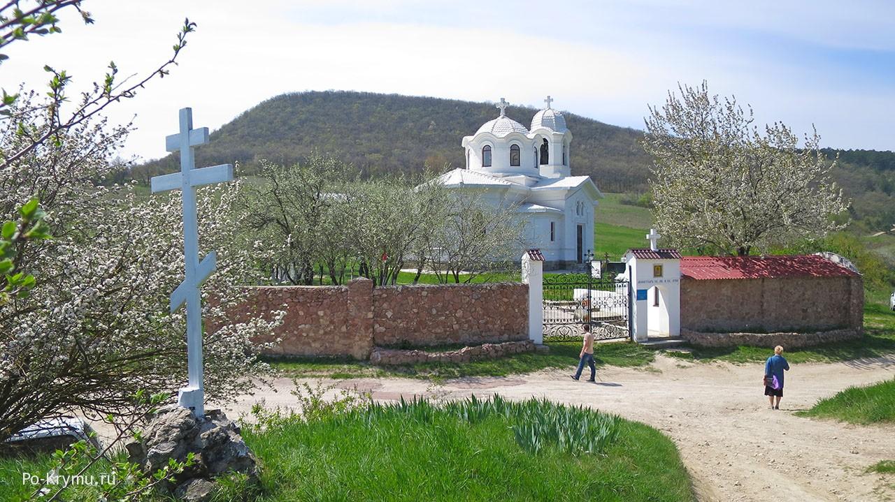 Весной у мужского монастыря евангелиста Луки в Лаках.