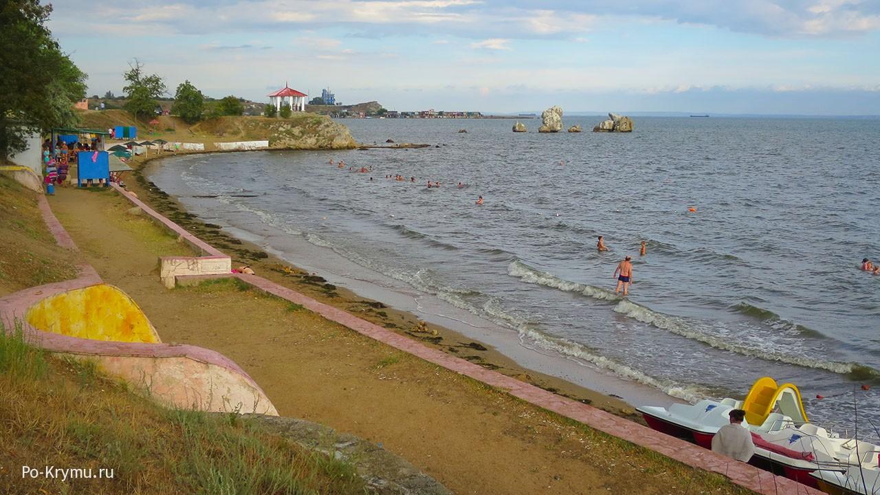 На фото пляж Молодежный в Керчи.