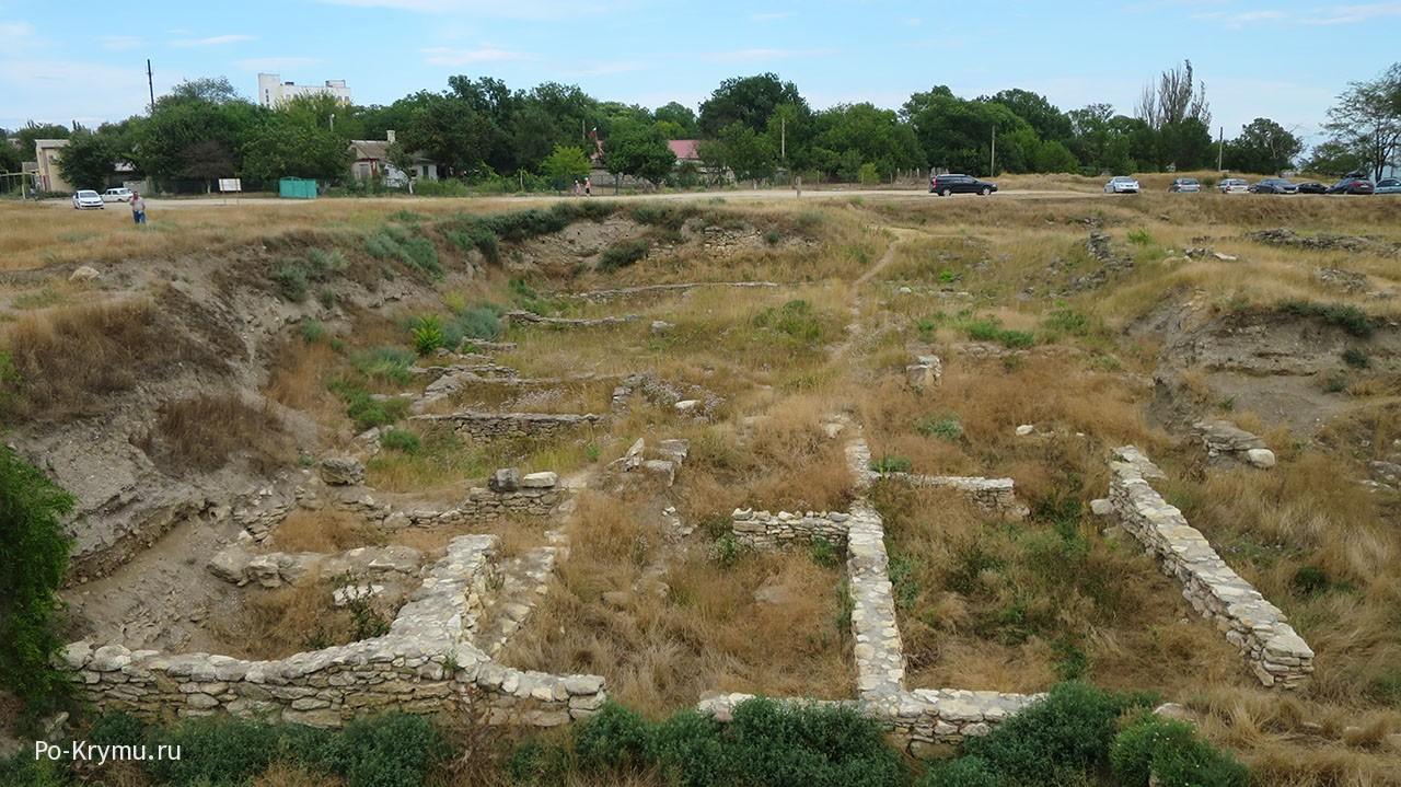 Античное городище Мирмекий летом.