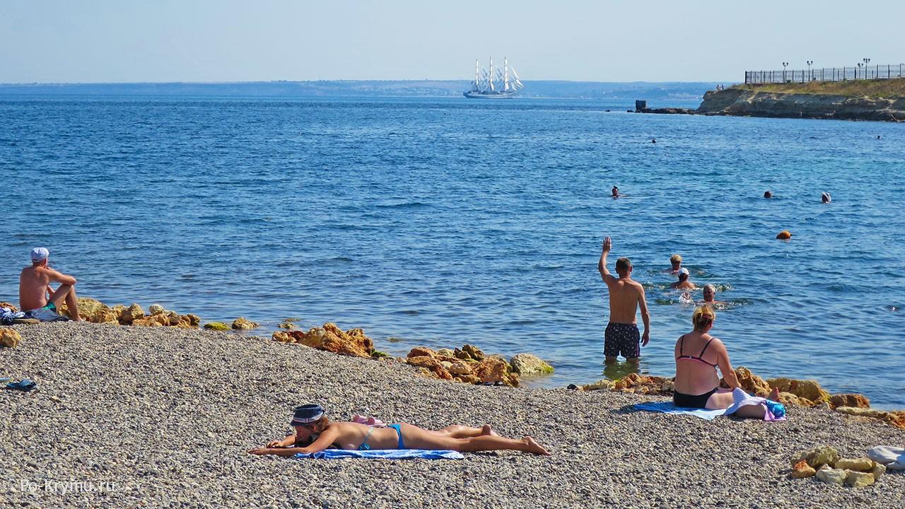 """Фото с пляжа Аквамарин - фрегат """"Херсонес"""" входит в Севастопольскую бухту"""