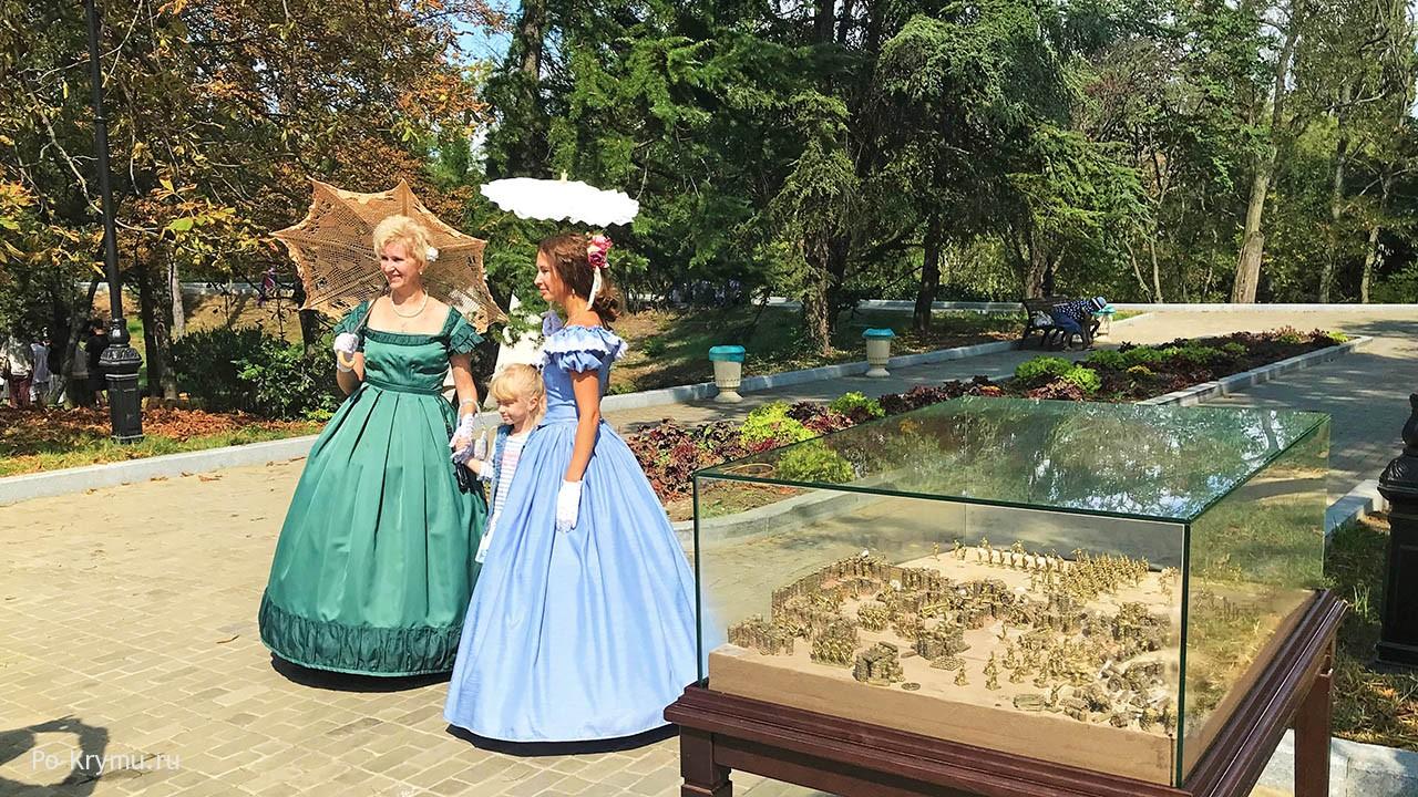 Фото элегантных дам на исторических площадках Малахова кургана