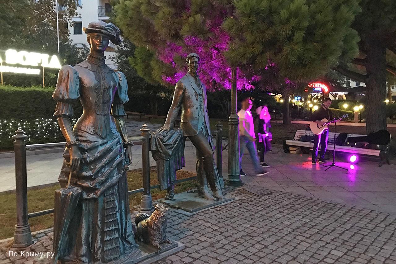 Памятники на набережных Крыма