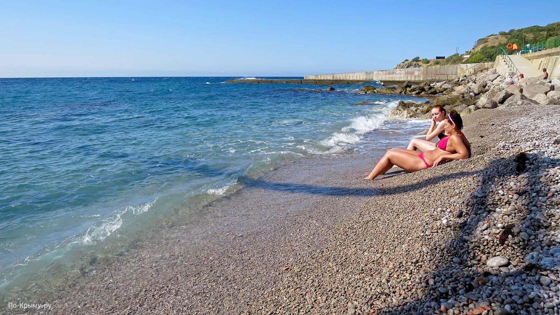 Галечный пляж черноморского побережья Крыма