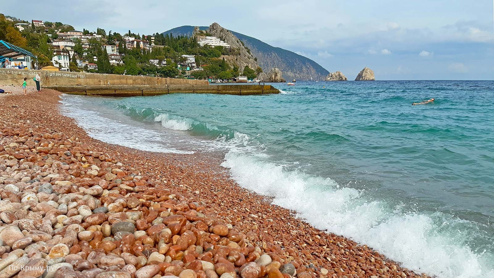 Красная галька на пляжах Гурзуфа