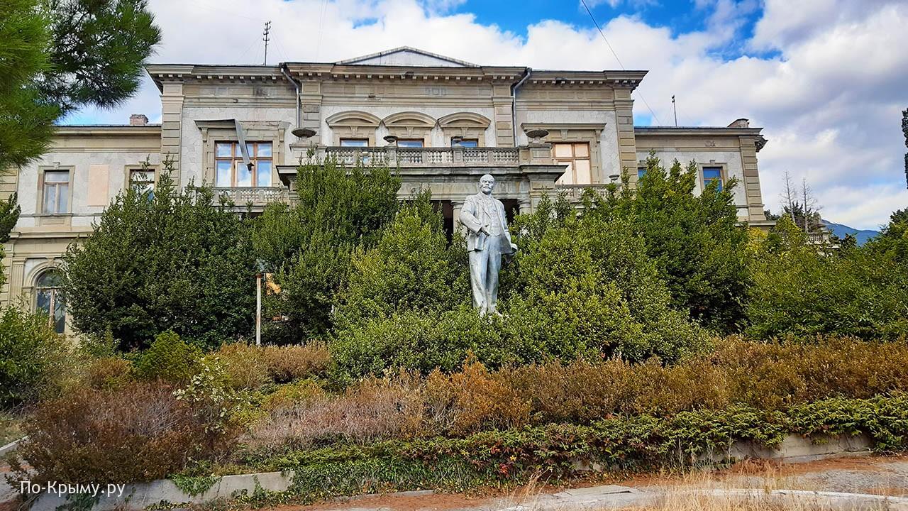 Дворец Мордвинова и памятник Ленину