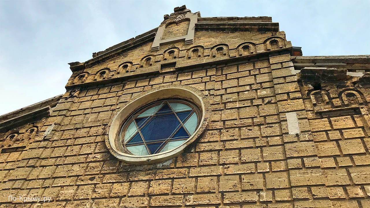 Фасад синагоги Егия-Капай с улицы
