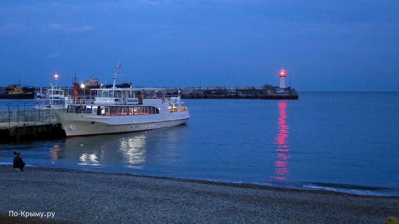 Ялтинский маяк и судно Балаклава
