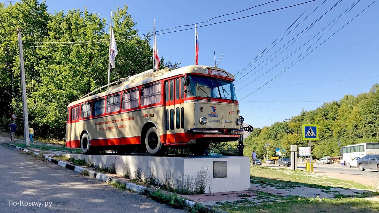 Памятник троллейбусу в Крыму