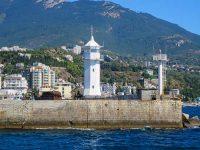 Красивый ялтинский маяк на фоне города и гор