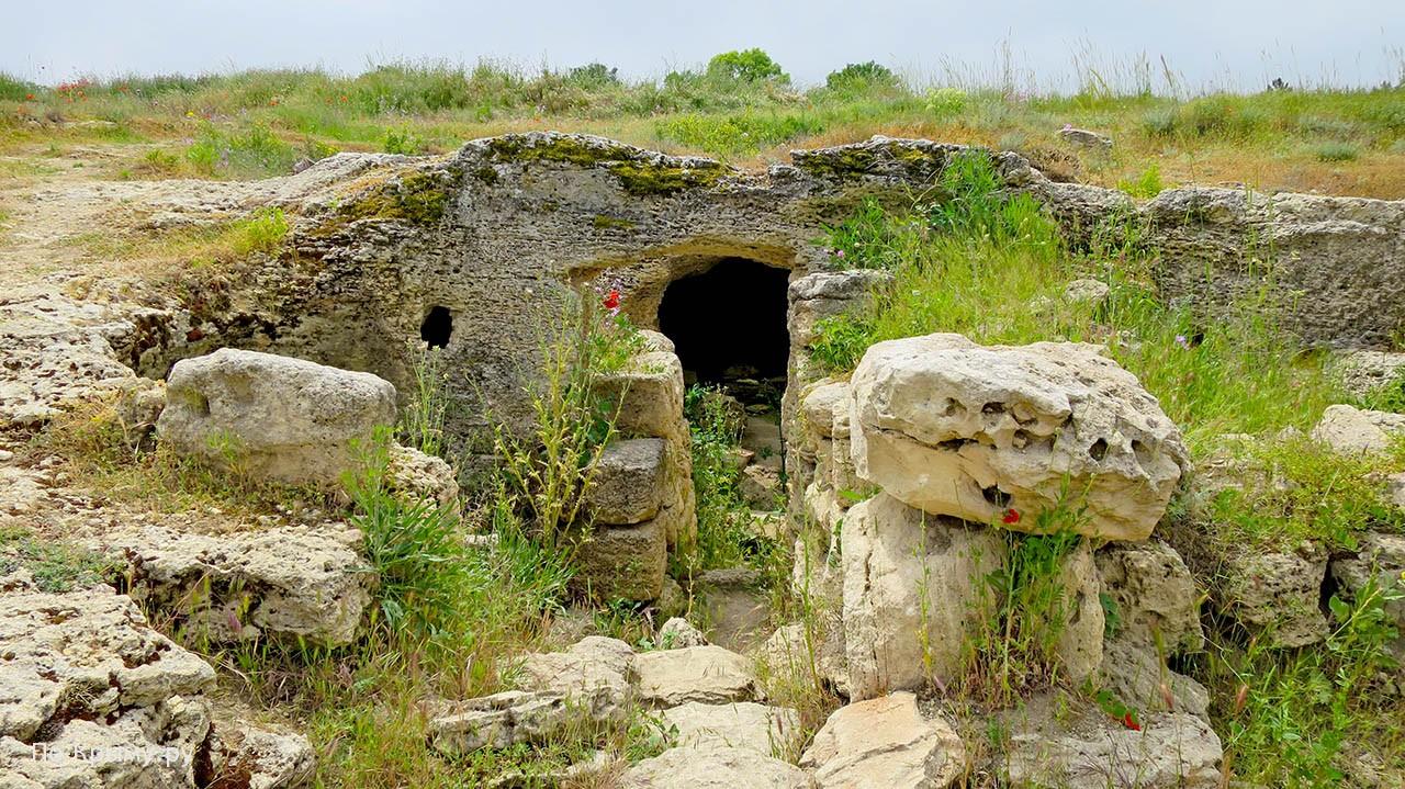 Вход в одну из пещер Винзавода