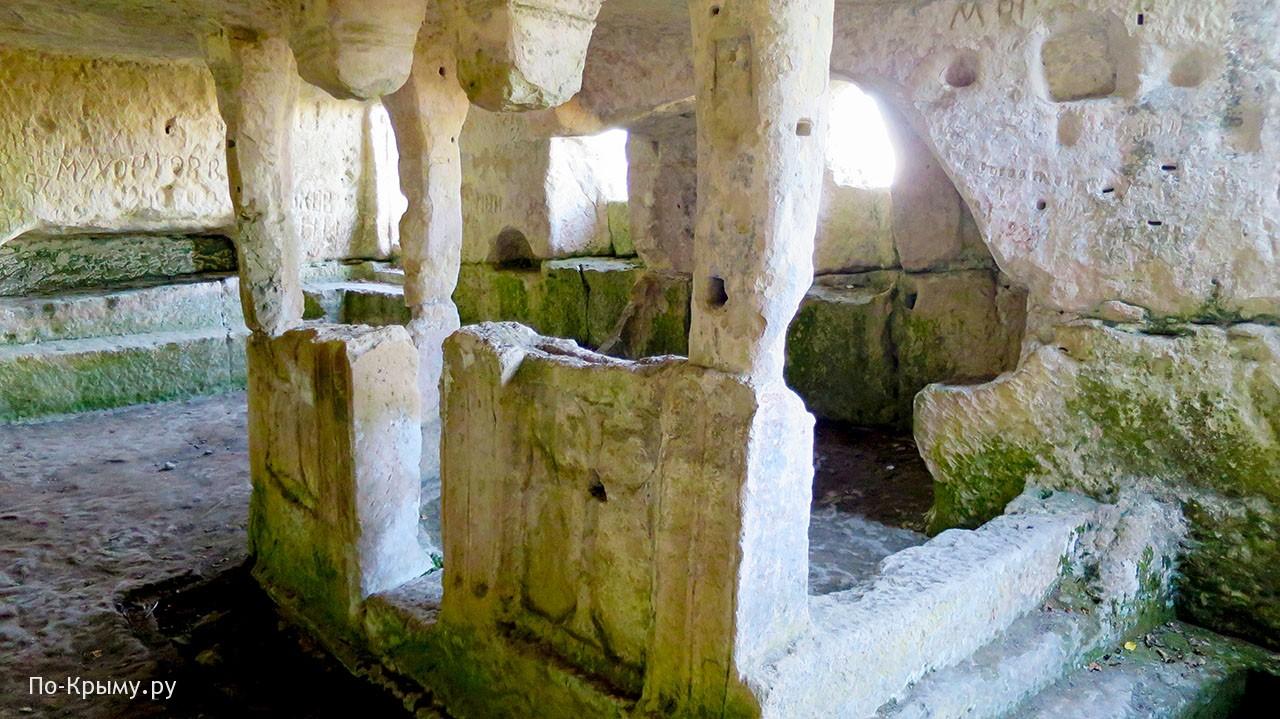 На фото алтарь пещерной церкви в Тепе-Кермене