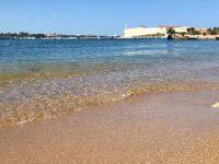 Необычный рыжеватый песок пляжа Константиновский
