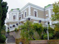 Скромный дом-дворец Кузнецова в Форосе
