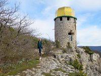 У башни-часовни Шулданского монастыря весной