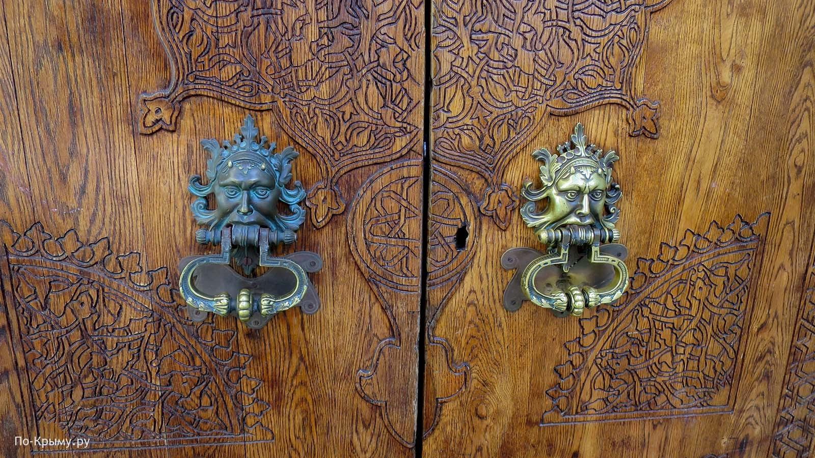 Дворец Дюльбер - двери в главный корпус
