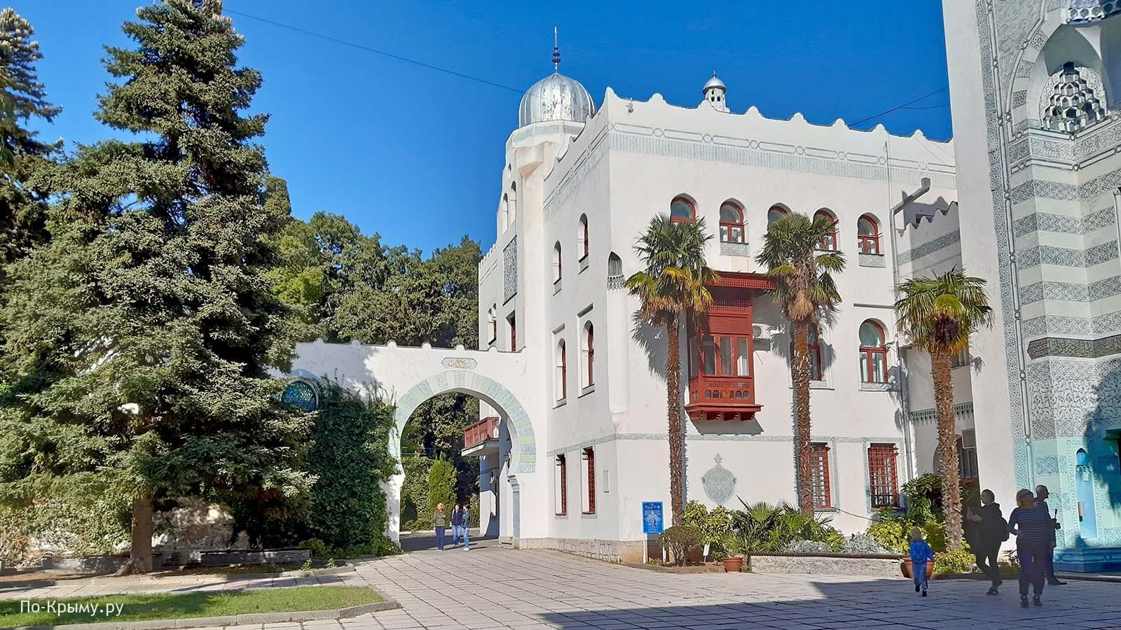 Дворец Дюльбер - резные балконы, арки