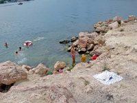 Скалистый пляж Красные камни в Стрелецкой бухте Севастополя