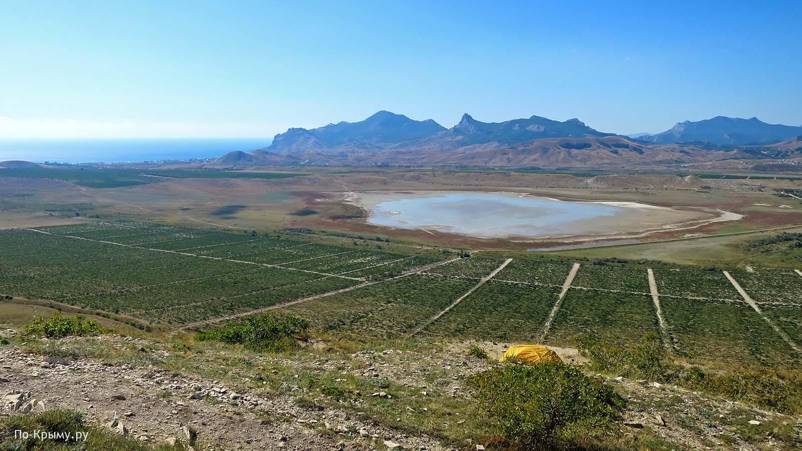 Вид с горы Узун-Сырт - Кара-Даг и озеро Бараколь