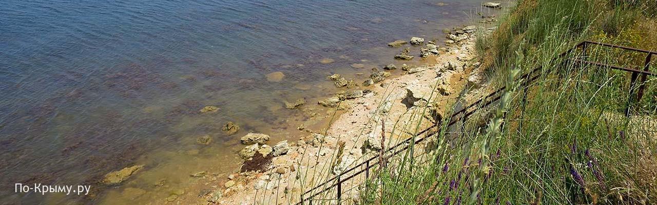 Железная лестница ведет прямо на берег моря к пляжу СТ Чайка