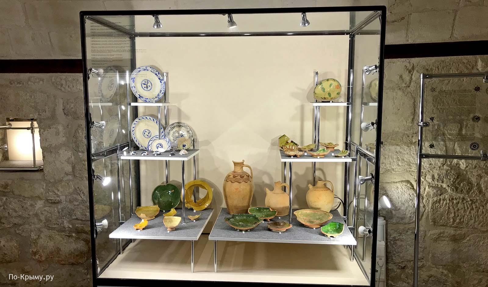 Выставка посуды в Зынджирлы-медресе