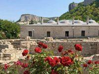 Розы у медресе в Бахчисарае