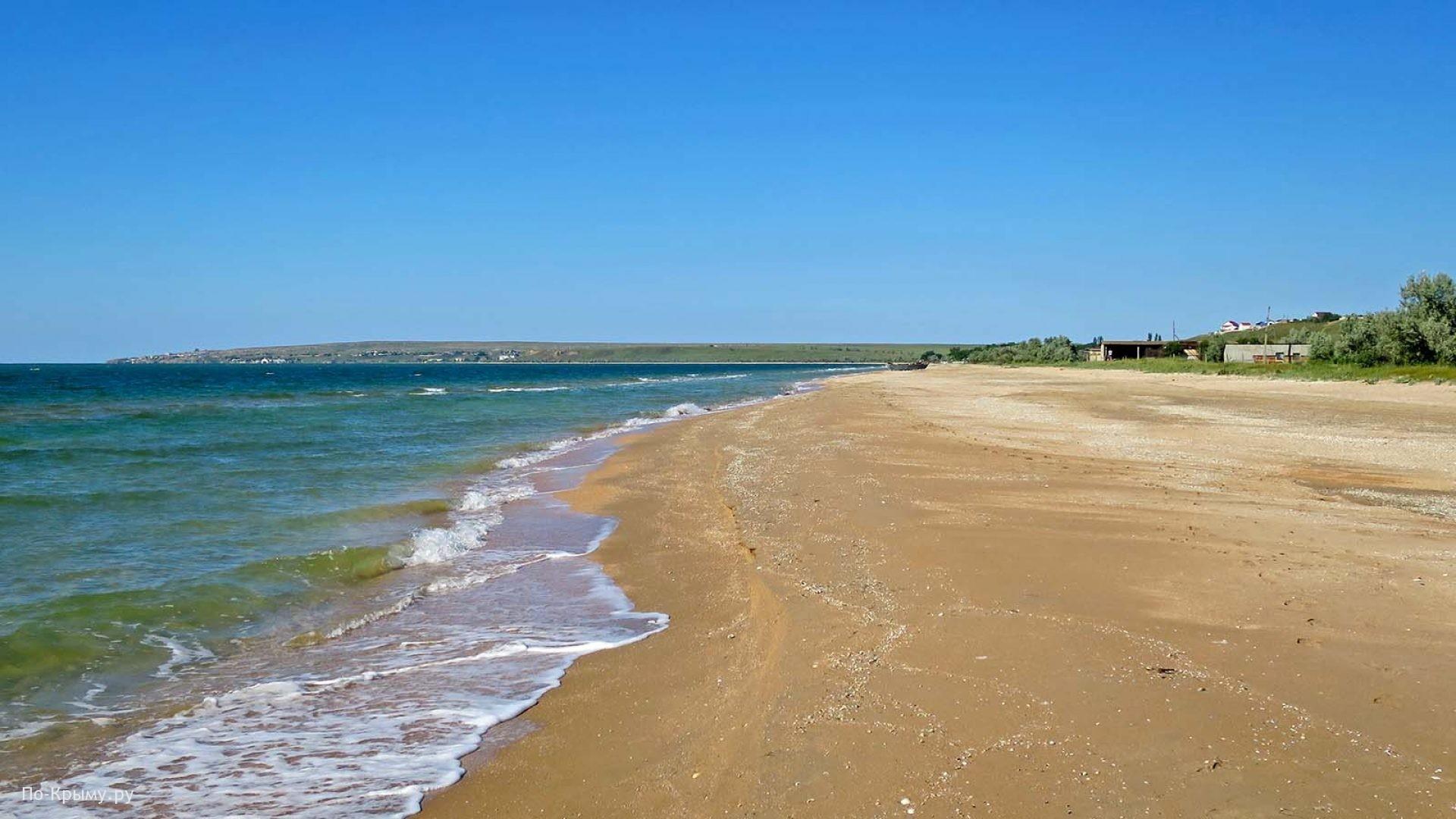 Песчаный пляж поселка Новоотрадное