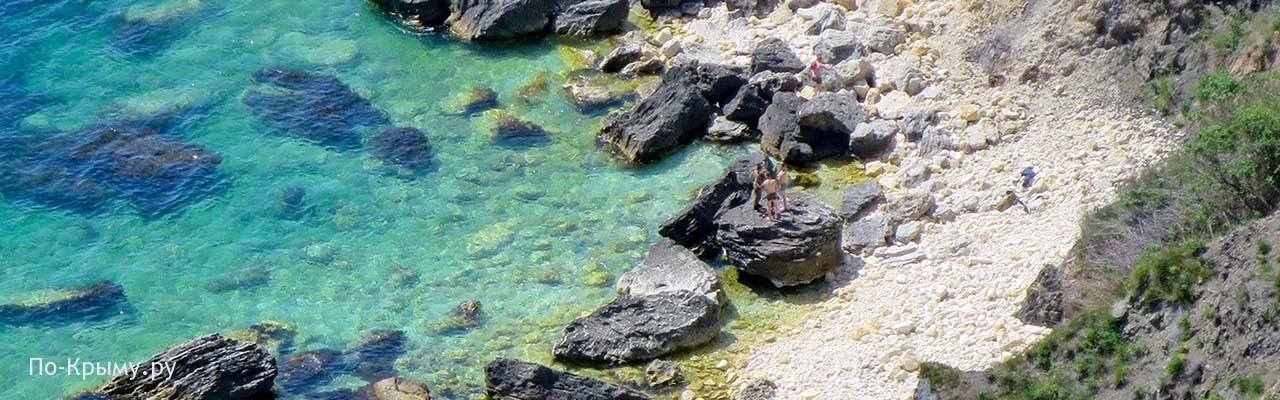 Дикий скалистый пляж Каравелла