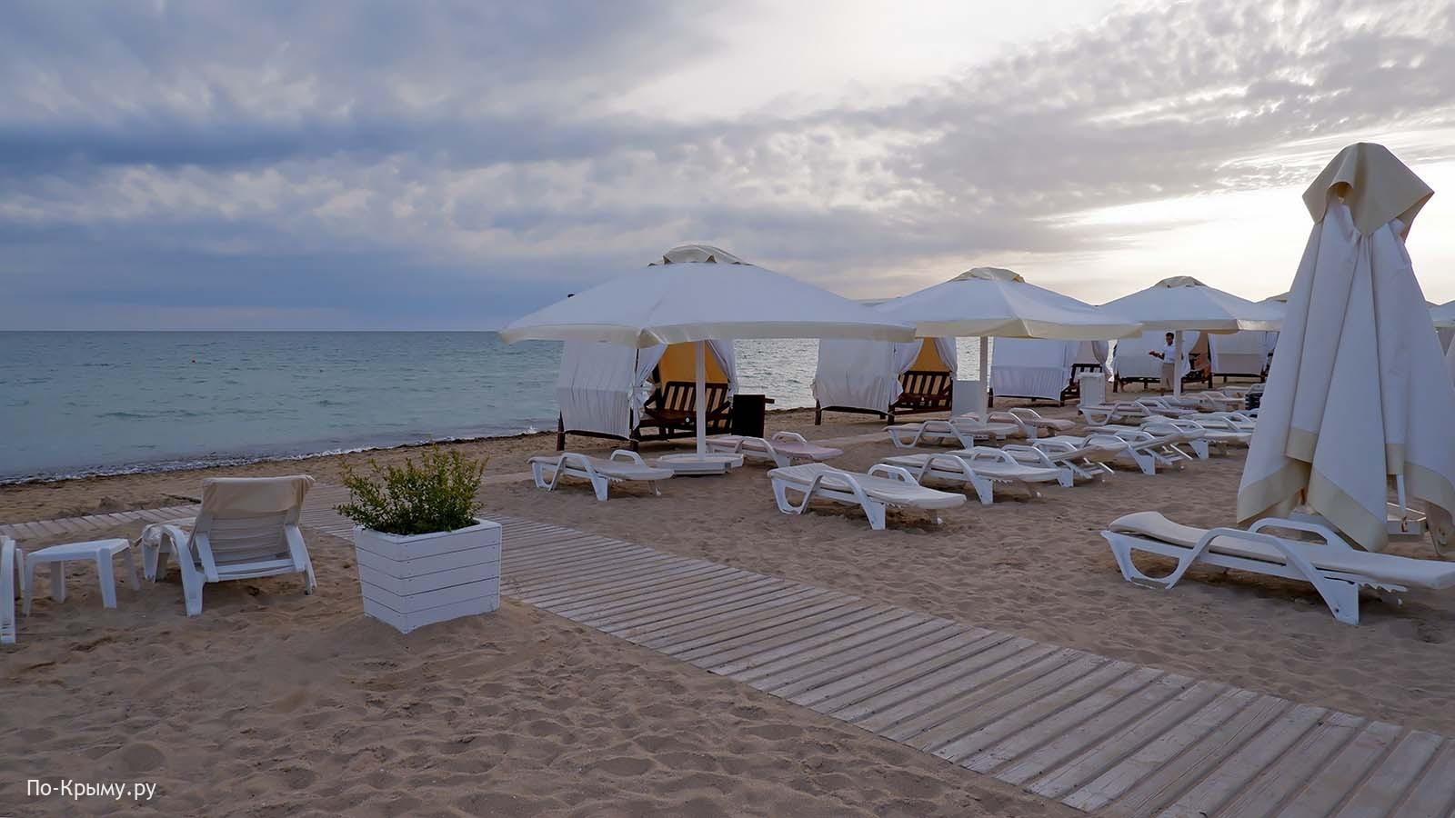 Черное море, пляж Лазурный берег